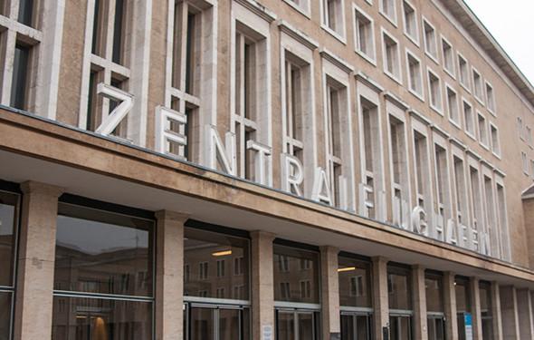 Fassade des Flughafeneingangs in Richtung Ehrenhof