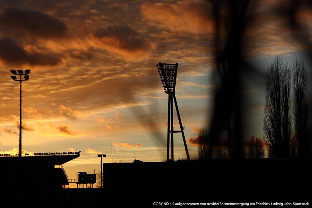 Die Flutlichtanlage des Großen Stadions vor dem Abendhimmel